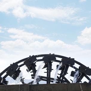 水を汲み上げる三連水車 福岡県朝倉の写真素材 [FYI04855737]