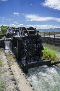水を汲み上げる三連水車 福岡県朝倉の写真素材 [FYI04855738]