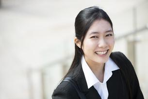 笑っているスーツ姿の女性の写真素材 [FYI04855746]