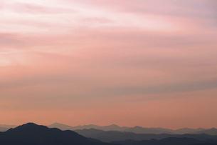 夕焼け空とシルエットの丹沢山地の山々の写真素材 [FYI04855850]
