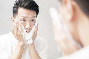 洗顔する男性の写真素材 [FYI04855906]
