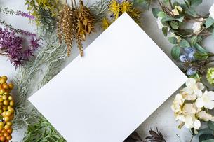 コンクリートの平面に置かれた白い紙の写真素材 [FYI04855926]