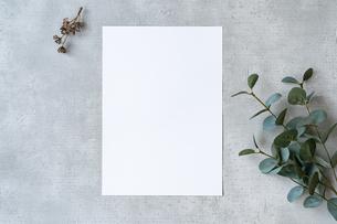 コンクリートの平面に置かれた白い紙の写真素材 [FYI04855928]