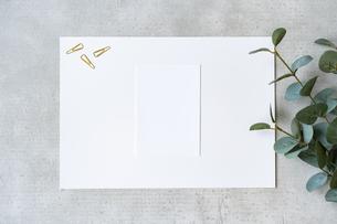 コンクリートの平面に置かれた白い紙の写真素材 [FYI04855932]