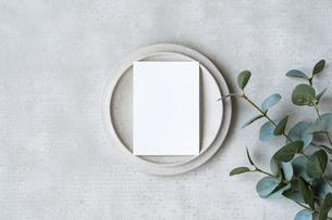コンクリートの平面に置かれた白い紙の写真素材 [FYI04855933]