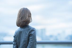遠くを見つめる女性の写真素材 [FYI04855937]