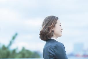 遠くを見つめる女性の写真素材 [FYI04855938]