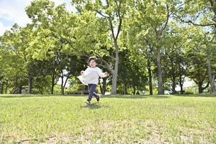 走る女の子の写真素材 [FYI04855941]