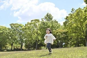 走る女の子の写真素材 [FYI04855942]
