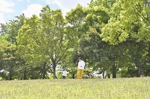 公園で遊ぶ親子の写真素材 [FYI04855944]
