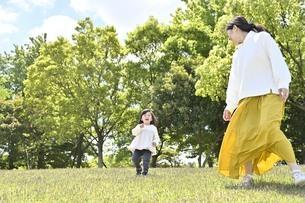 公園で遊ぶ親子の写真素材 [FYI04855945]