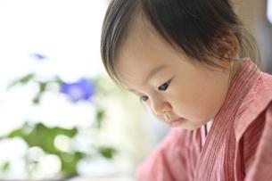 見つめる子供の写真素材 [FYI04855948]