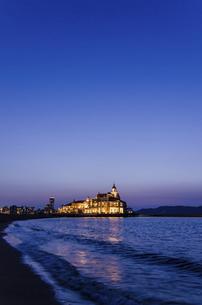 : 碧い夕暮れの百道浜風景の写真素材 [FYI04855951]