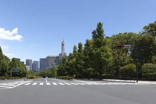 国会正門前から皇居外苑を取巻く高層ビル群の写真素材 [FYI04855952]