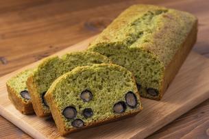 黒豆と抹茶のパウンドケーキの写真素材 [FYI04855954]