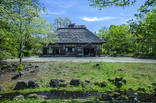 春の国営みちのく社の湖畔公園の写真素材 [FYI04856104]