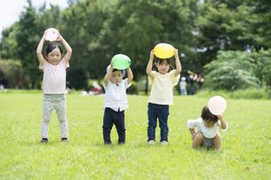 風船を持ってポーズをする子供たちの写真素材 [FYI04856160]