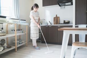 床を掃除する女性の写真素材 [FYI04856173]