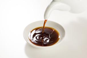 豆皿に醤油を注ぐの写真素材 [FYI04856180]