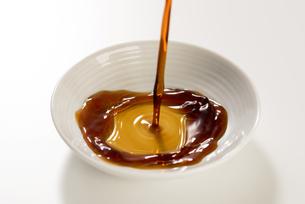 豆皿に醤油を注ぐの写真素材 [FYI04856181]