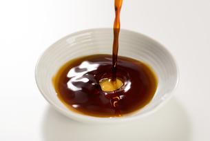 豆皿に醤油を注ぐの写真素材 [FYI04856182]