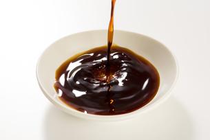 豆皿に醤油を注ぐの写真素材 [FYI04856184]