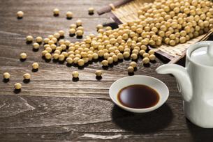 醤油と大豆の写真素材 [FYI04856190]