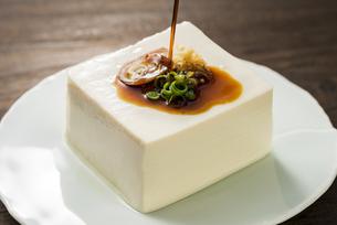 豆腐に醤油をかけるの写真素材 [FYI04856205]