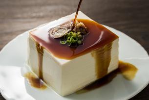 豆腐に醤油をかけるの写真素材 [FYI04856206]