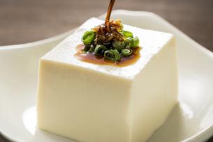 豆腐に醤油をかけるの写真素材 [FYI04856211]