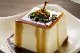 豆腐に醤油をかけるの写真素材 [FYI04856212]