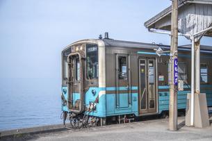 下灘駅と電車の写真素材 [FYI04856241]