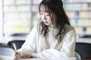 図書室で勉強する大学生の写真素材 [FYI04856286]