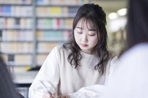 図書室で勉強する大学生の写真素材 [FYI04856289]