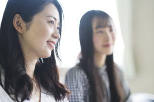 笑顔の大学生の写真素材 [FYI04856296]
