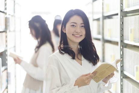 本を選ぶ大学生の写真素材 [FYI04856303]