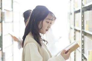 本を選ぶ大学生の写真素材 [FYI04856304]