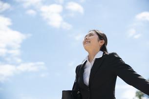 深呼吸をしているスーツ姿の女性の写真素材 [FYI04856320]