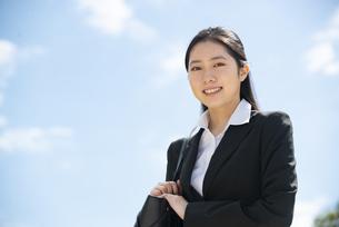 笑っているスーツ姿の女性の写真素材 [FYI04856322]