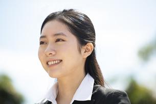 笑っているスーツ姿の女性の写真素材 [FYI04856324]