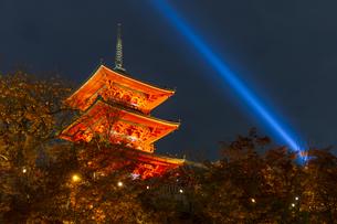 紅葉とライトアップされた清水寺の三重塔の写真素材 [FYI04856440]