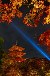 紅葉とライトアップされた清水寺の三重塔の写真素材 [FYI04856443]