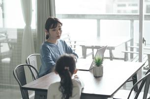 テレワークをする女性と話しかける子供の写真素材 [FYI04856533]
