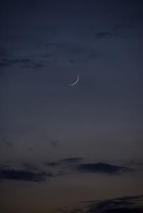 夕暮れの三日月の写真素材 [FYI04856599]