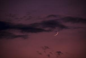夕暮れの三日月の写真素材 [FYI04856600]