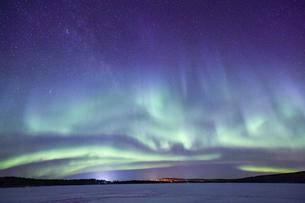 フィンランド ロバニエミの空一面に舞うオーロラの写真素材 [FYI04857065]