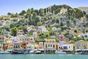 ギリシャ シミ島のカラフルな街並みの写真素材 [FYI04857069]