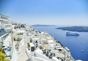ギリシャ クルーズ船とサントリーニ島の街並みの写真素材 [FYI04857072]
