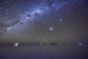 ウユニ塩湖と満点の星空の写真素材 [FYI04857077]