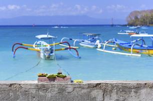 バリ島 ブルーラグーンビーチのボートと祭事用のお供物の写真素材 [FYI04857078]